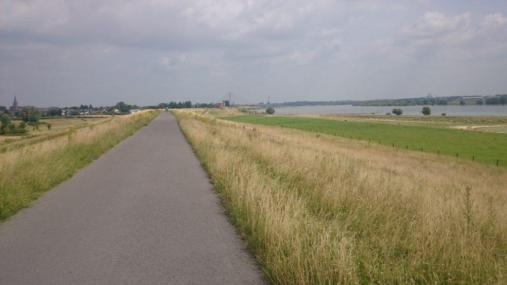 Rheindamm Richtung Wesel